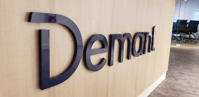 3D-cut-logo-raised-from-reception-desk-Demant